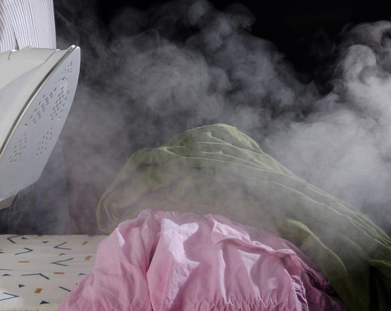 Dampf von Dampfbügelstation